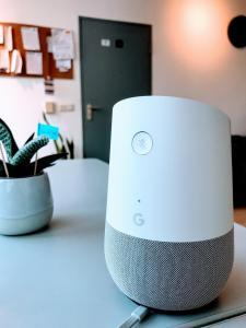Nahaufnahme von Google Home im Büro